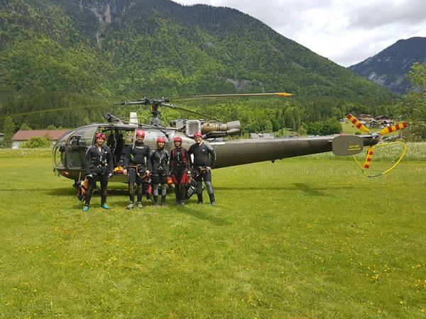 Die Mitglieder nehmen laufend an Übungen teil, wie im Mai bei der KHD-Übung in Obertraun mit Hubschrauber-Einsatz.