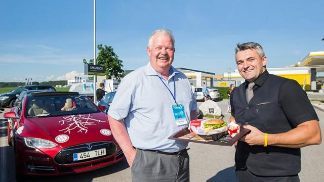 (v.l.) Jüri Tamm, Präsident des electric Marathon 2016, gemeinsam mit Eduard Mühleder, Restaurantmanager von McDonald's Vorchdorf.
