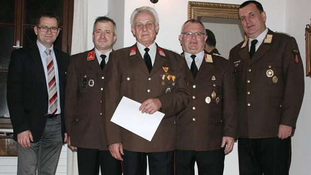 Kommandant Gerhard Aitzetmüller und Leopold Kiesenebner neben Bgm DI Gunter Schimpl, BR Christian Huemer und OBR Stefan Schiendorfer