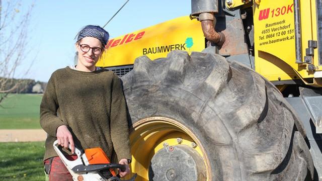 Lena Hangweyrer absolviert gerade eine Lehre bei Baumwerk in Vorchdorf. Die Maturantin ist danach die erste gelernte Forsttechnikerin in Österreich.